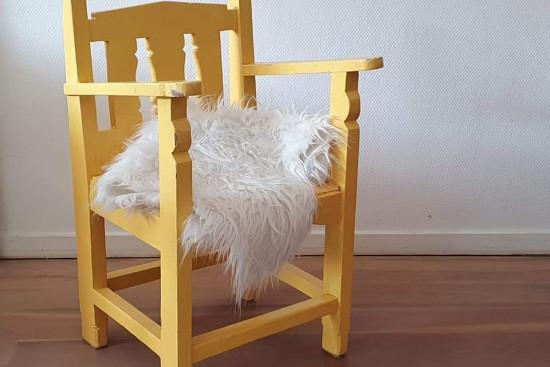 Stoer geel kinder stoeltje